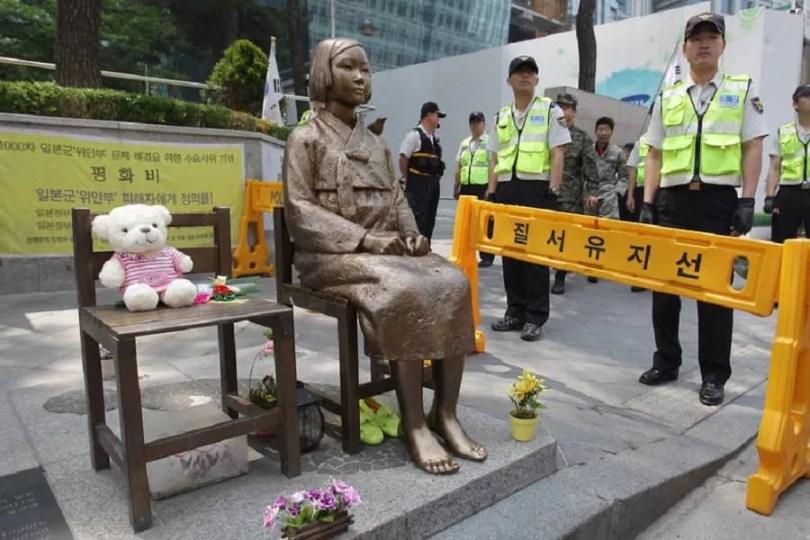 Estátua que simboliza mulheres de conforto foi colocada por ativistas em frente à Embaixada do Japão em Seul (Foto: Chung Sung Jun)