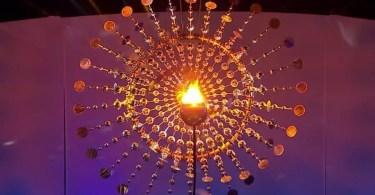 Após ser acesa, a inovadora Pira Olímpica ficou no centro de uma magnífica estrutura metálica com formato de Sol (Foto: Reprodução/TV Globo)