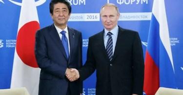 Abe e Putin se encontram no Fórum Econômico do Leste 2016 (Foto: Pool/Kantei - Gabinete Japonês)