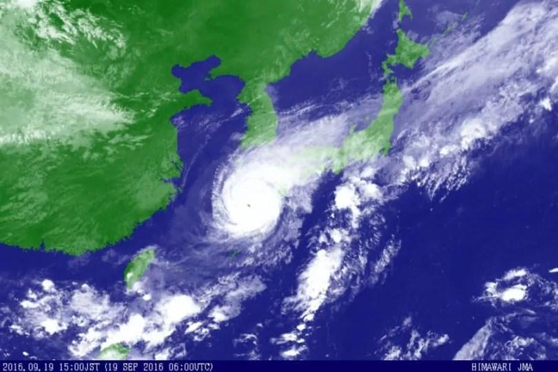 O mapa mostra a localização do tufão Malakas às 15h locais de segunda-feira (Foto: JMA/Satélite Himawari)