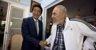 Shinzo Abe e Fidel Castro em Cuba (Foto: Kyodo/AP)