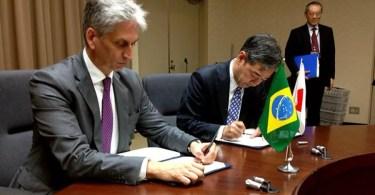 Ministros Fernando Furlan (E) e vice-ministro Hirofumi Katase (D)assinaram o acordo de patentes (Foto: Distribuição/MDIC)