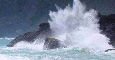 Tufão Chaba deixa o mar revolto na Ilha Amami Oshima, em Okinawa (Foto: Kyodo)