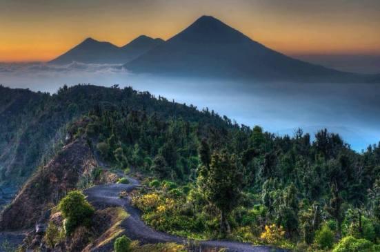 Volcanes en Guatemala con vista desde el volcán de Pacaya - foto por Santiago Billy Prem