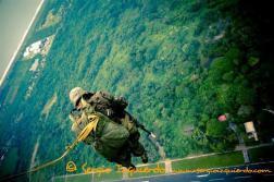 Paracaidista de la fuerza aérea guatemalteca – foto por Sergio Izquierdo