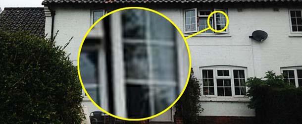 Mujer británica fotografía la cara de su madre muerta mirando por la ventana de su casa
