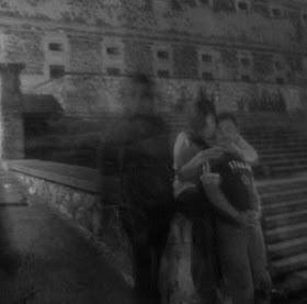 fantasma-al-lado-de-pareja Apariciones y fantasmas captados con cámara ¿realidad o trucaje?