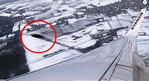 gigantesco-ovni-impidio-que-avion-pudiera-aterrizar-en-el-aeropuerto-john-lennon-de-liverpool-fotos-y-video-1 Gigantesco ovni impidió que avión pudiera aterrizar en el Aeropuerto John Lennon de Liverpool (Fotos y video)