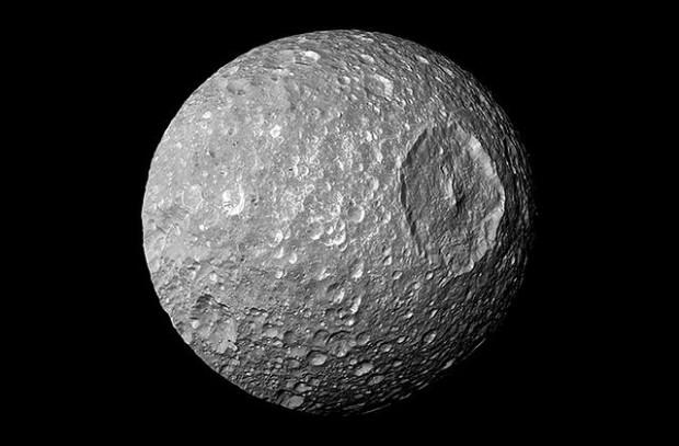 El prominente cráter Herschel le da a Mimas la apariencia de la Estrella de la Muerte, una estación espacial ficticia dentro del universo de la película Star Wars.