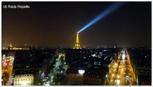 torre eiffel iluminada paris
