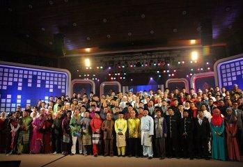 Semua artis bergambar selepas selesai Anugerah Nasyeed.Com. Gambar ihsan: TV AlHijrah.
