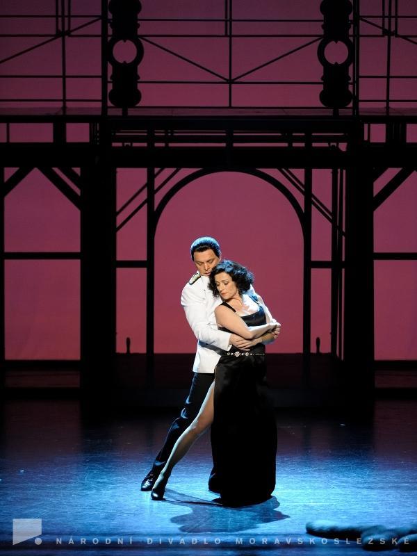 Evita a Perń si spolu též zatančí. Choreografie příběh v ostravské inscenaci příjemně prohlubuje.