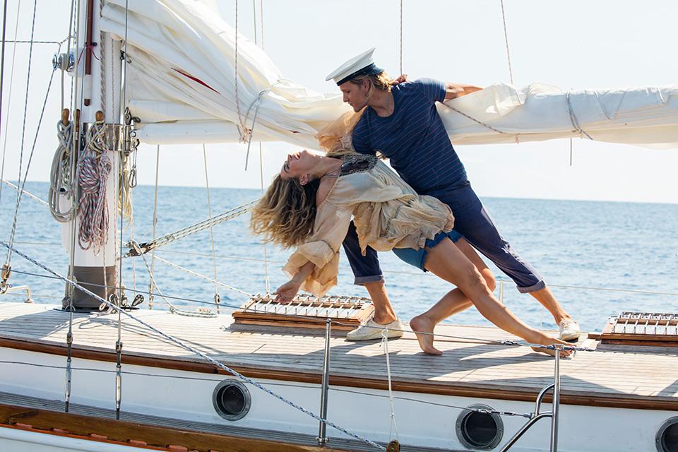 Lily James (mladá Donna) a Josh Dylan (mladý Bill) Mamma Mia! Here We Go Again