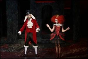 Bořek Slezáček a Martina Pártlová jako Bílý králík a Červená Královna