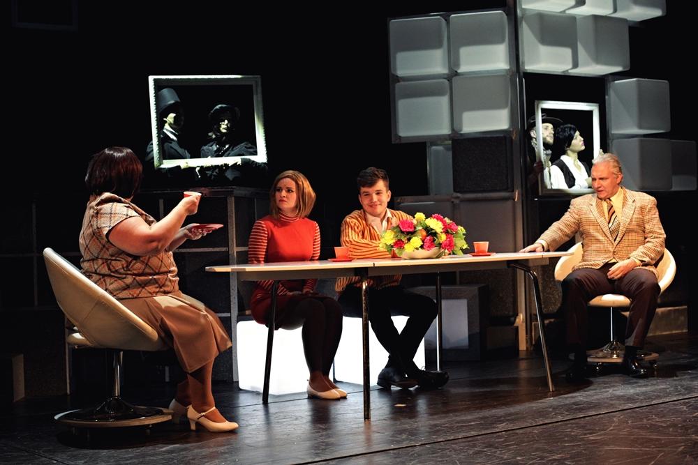 Carol Strong (Venuše Zaoralová Dvořáková), Brenda Strong (Charlotte Pščolková), Martin Harich (Frank Abagnale jr.), Roger Strong (Bronislav Kotiš)