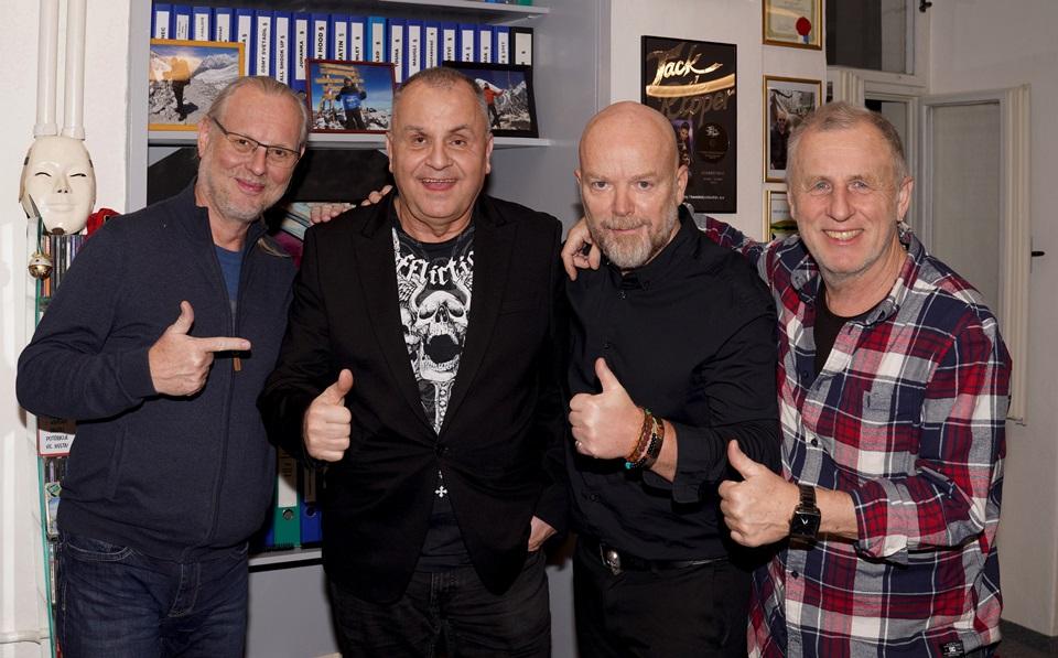 Členové skupiny Elán Vašo Patejdl, Jožo Ráž a Ján Baláž uzavřeli dohodu o novém představení s producentem Michalem Kocourkem