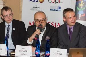 Jiří Hromada, Peter Kovarčík a Janis Sidovský na tiskové konferenci