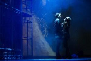 Patrik Děrgel (Daniel) a Eva Burešová (Lucie) v jedné z intimnějších scén muzikálu