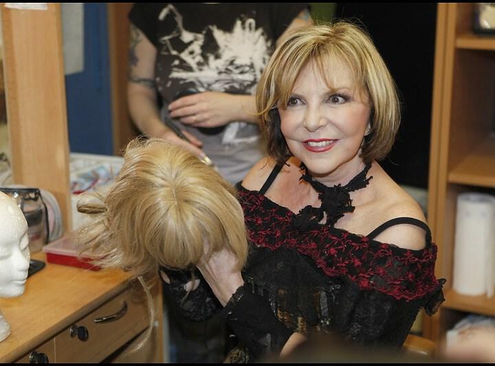 Hana Zagorová drží paruku ke své roli
