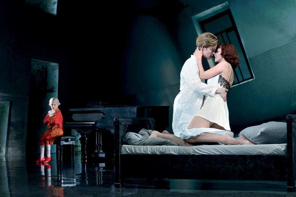 Milostná scéna Mozarta (Oedo Kuipers) a Constanze (Franziska Schuster)