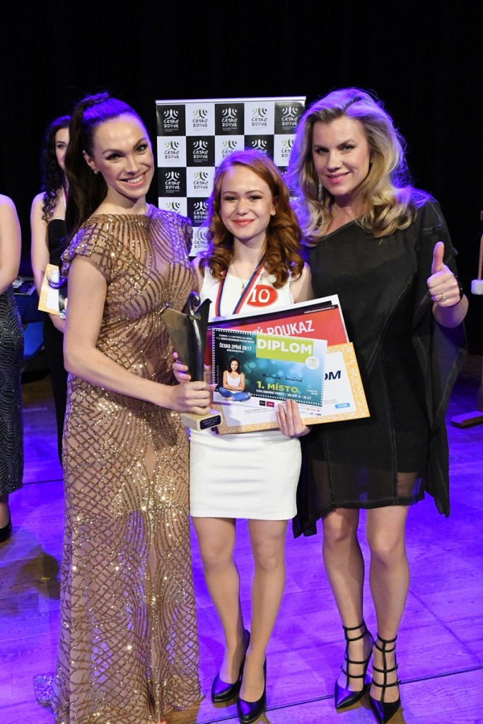 Patronka soutěže zpěvačka Kamila Nývltová s vítězkou kateg. 15-26 let Michaelou Janáčovou a zpěvačkou Leonou Machálkovou
