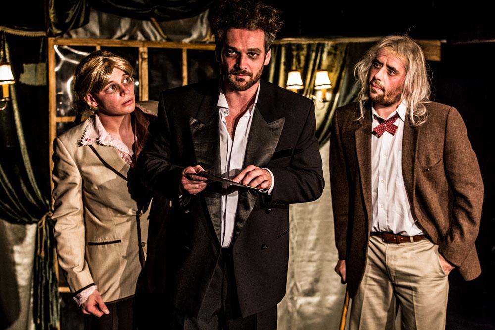 Zakladatelé Divadla Tří Ladislav Marek, Tomáš Novotný a Lukáš Udržal na fotce z představení Queensland.