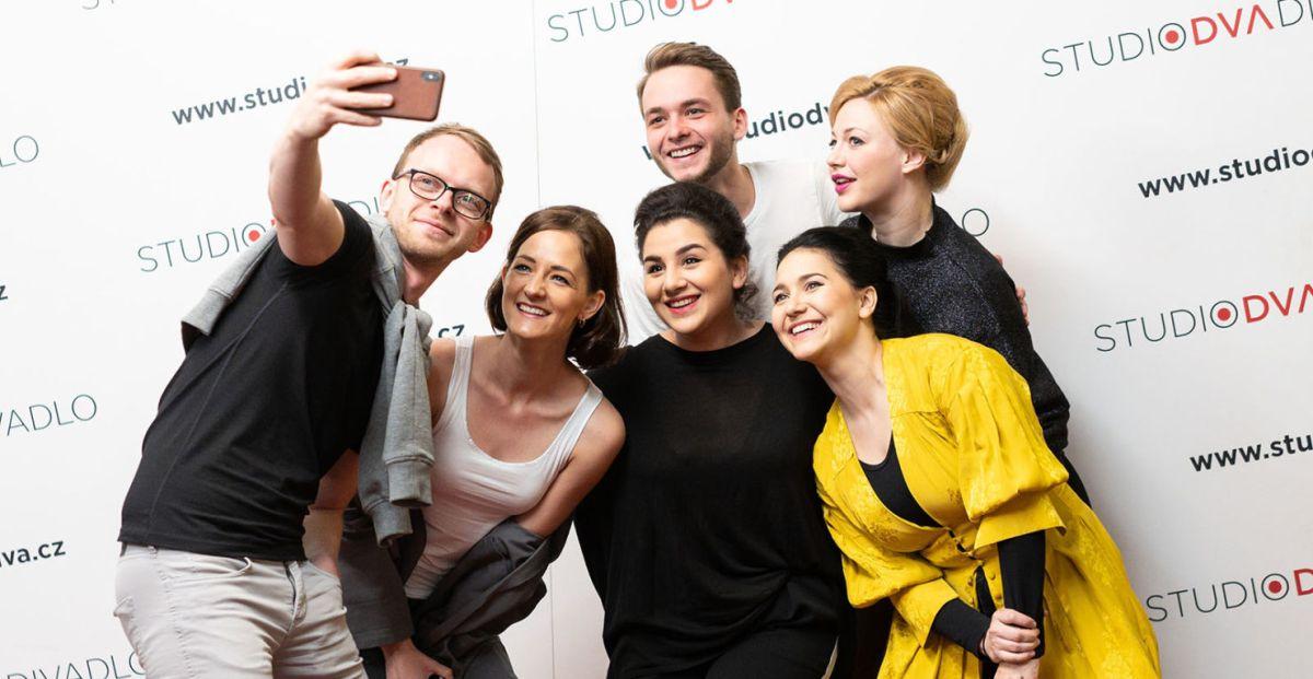 STARCI NA CHMELU se představí na letní scéně divadla Studio DVA (+ obsazení a fotogalerie)