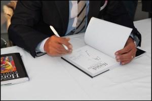 Zájemci si po skončení milé prezentace mohli nechat čerstvě vyšlou knihu podepsat a učinit tak z ní jedinečný kus.