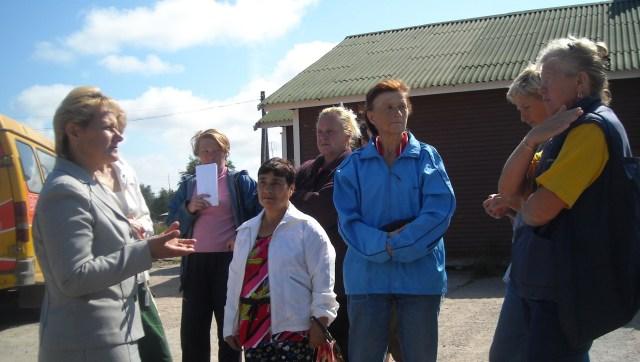 Ольга Рыбалова беседует с жителями Другой Реки. Фото: Татьяна Смирнова