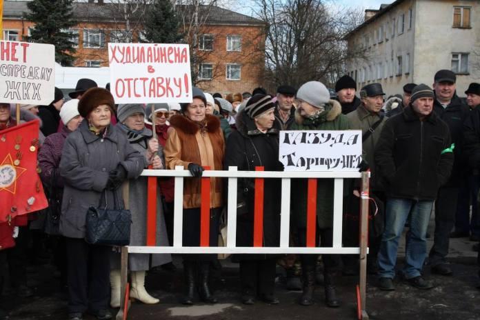 Полицейские из Олонца хотели оштрафовать организатора митинга против роста цен на тепло за плакат с требованием отставки губернатора Худилайнена. Фото: Юлия Орехова