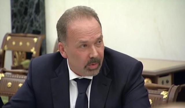Глава Минстроя Михаил Мень докладывает президенту о ситуации с расселением аварийного жилья в регионах. Скрин канала Youtube