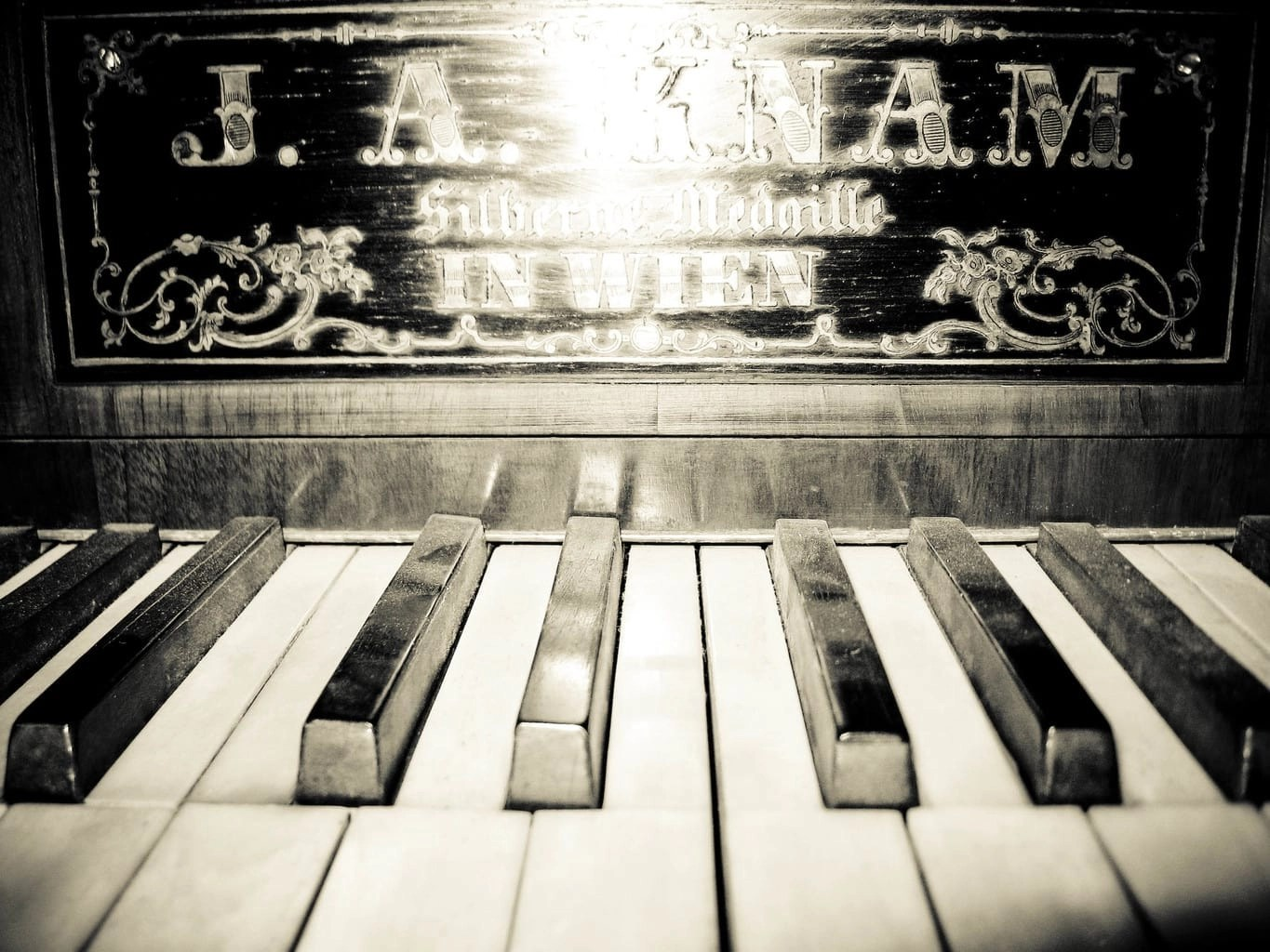 How to write an essay about the history of piano?