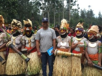 Venkat leading a food distribution in the remote Highlands region of Papua New Guinea, for a community affected by the El Niño-induced drought
