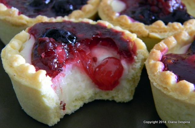 Mini tarte cu budinca de vanilie si fructe de padure