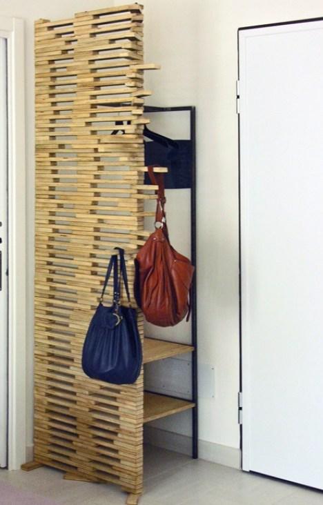 fisso riuso Separé-appendiabiti realizzato con listelli di multistrato riciclato imperniati e direzionabili. Struttura di ferro con mensole in legno. controprogetto