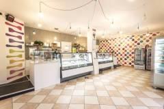 letscoversrl ha realizzato per questa gelateria di modena una originale carta da parati dove i pois colorati sono palle di gelato