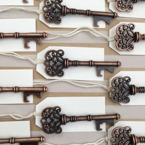 YayFactory su etsy propone queste eleganti chiavi vintage apribottiglie in rame
