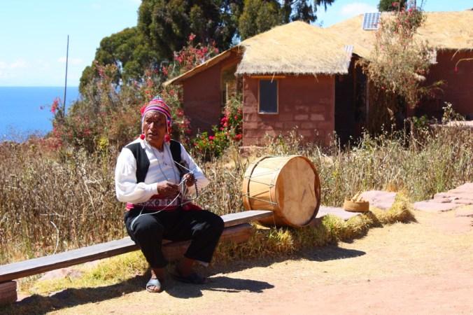 Strickender Mann auf der Isla Taquile - Titicacasee