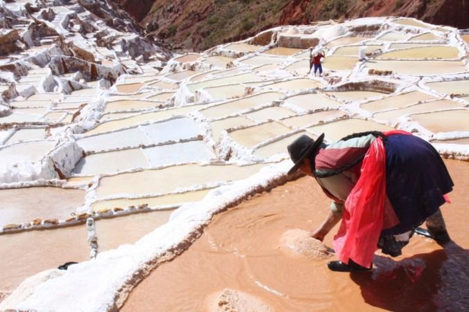 Salzgärtnerin in den Salinas las Maras
