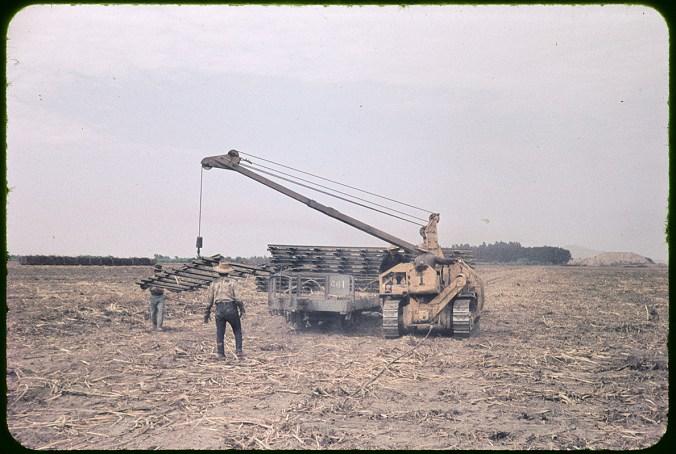 Abbau der mobilen Schinen auf einem abgeernteten Zuckerrohrfeld