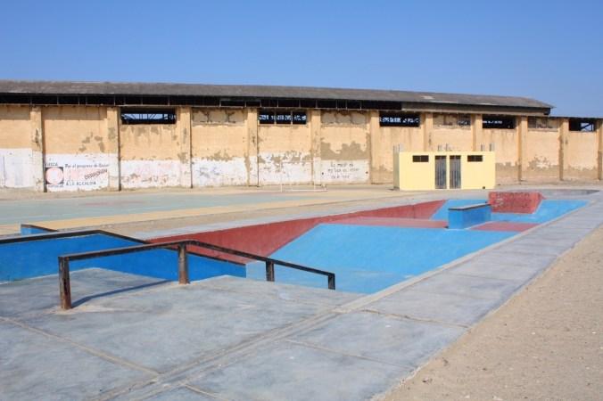 """""""Neuer"""" Skatepark vor ehemaliger Lagerhalle für Zucker, Puerto Chicama"""