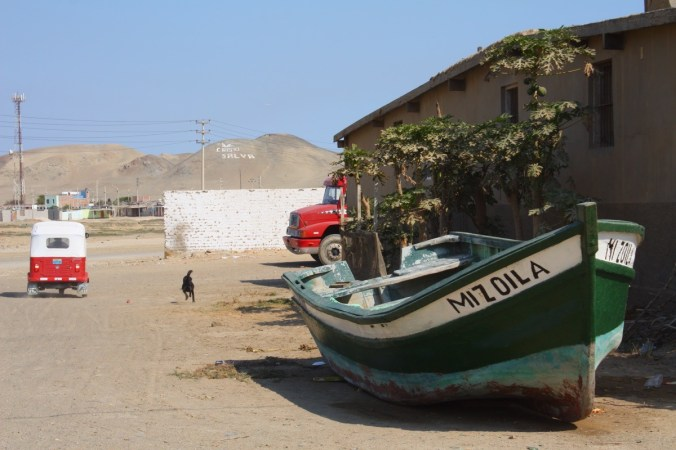 Fischerboot in Puerto Chicama, Peru