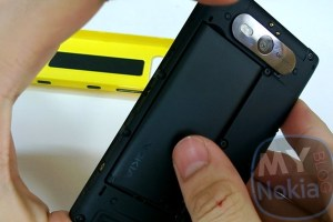 Video: How To Remove back cover on your Nokia Lumia 820 (Filmed on Nokia Lumia 920)