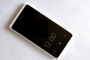 Video: Always on clock and double tap to unlock on Nokia Lumia 800 (WP7.8 app)