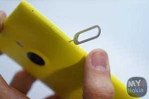 Video: How to Insert the Nano SIM into the Lumia 1520 (and Micro SD Card)