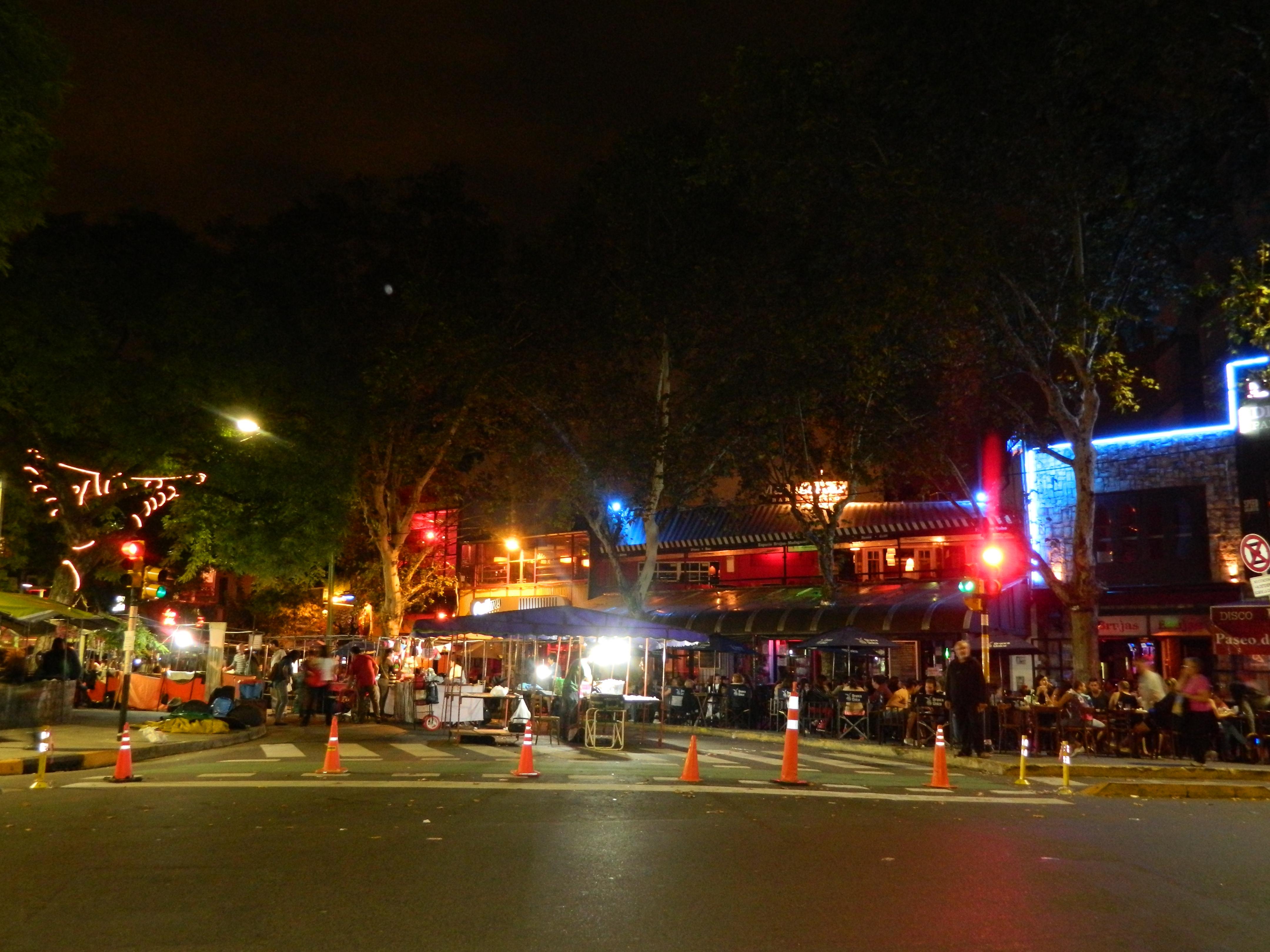 Plaza Serrano en Palermo de Noche