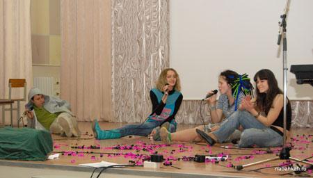 Молодёжный коллектив (Дима Скородумов, Полина Коваль, Таня Пархоменко и Маша Левкова) с растаманской песней