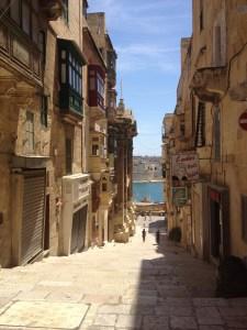 Pelas lindas ruas de Valletta, capital da ilha