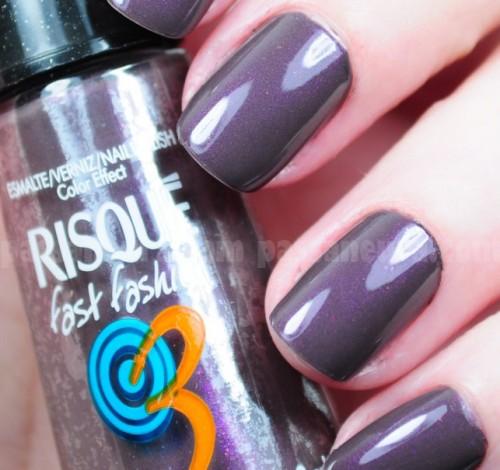 Unhas pintadas com esmaltes risqué violeta acinzentado.