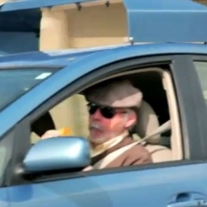 Steve Mahan é o cobaia do carro com Piloto automatico.